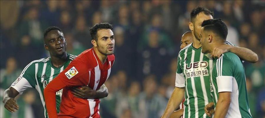 Iborra se queja tras una jugada polémica a los futbolistas del Betis