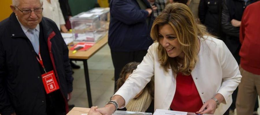 La presidenta de la Junta de Andalucía, Susana Díaz, saluda a los miembros de la mesa tras depositar su voto