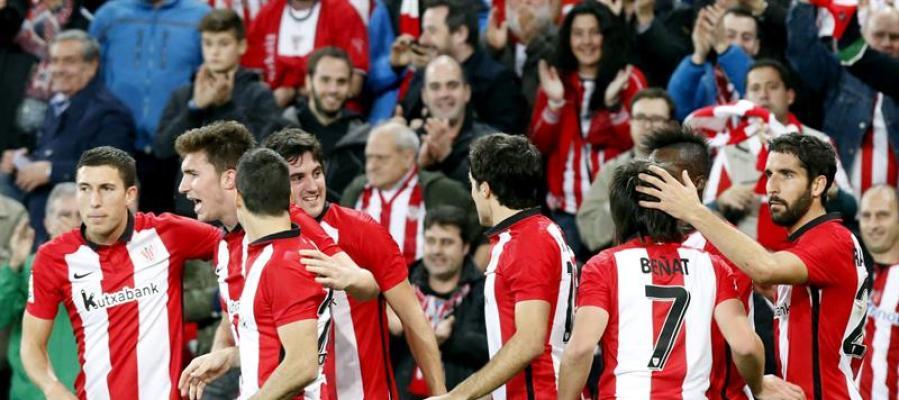 Los jugadores del Athletic celebran un gol en San Mamés