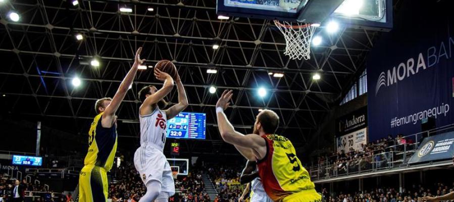 El base del Real Madrid Sergio Rodríguez lanza a canasta ante la defensa del MoraBanc Andorra
