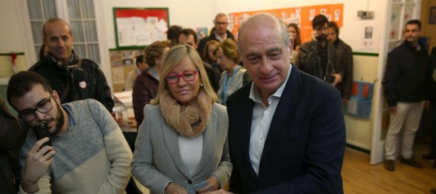 El Ministro del Interior, Jorge Fernández Díaz vota junto a su mujer en Barcelona