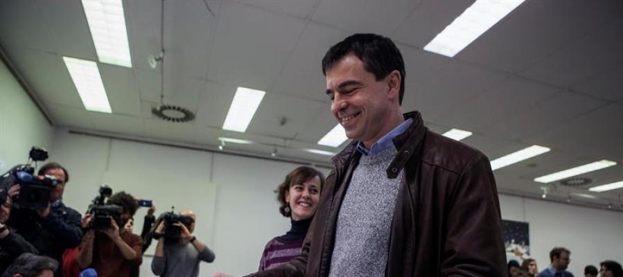 El candidato de UPYD a la presidencia del Gobierno, Andrés Herzog, vota en el Centro Dotacional de Arganzuela
