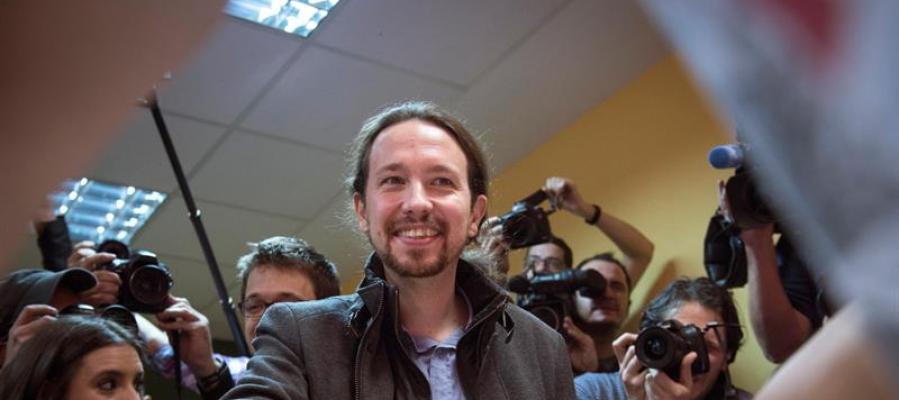Pablo Iglesias acude a votar al madrileño barrio de Vallecas