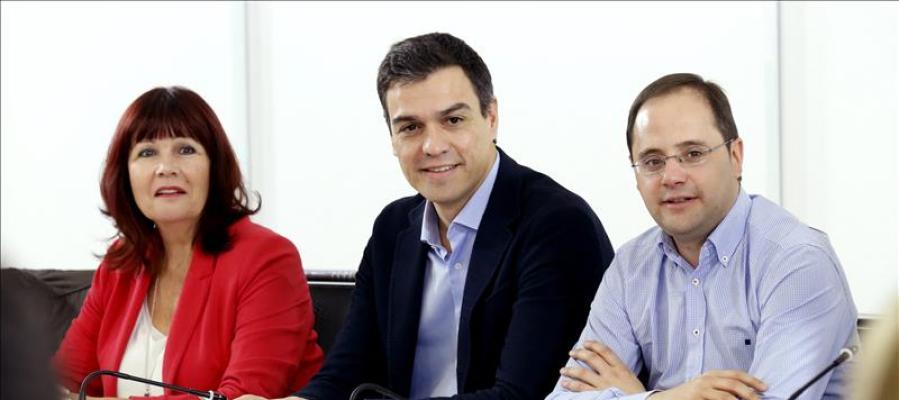 Pedro Sánchez junto a César Luena y Micaela Navarro en la reunión de la Ejecutiva del PSOE