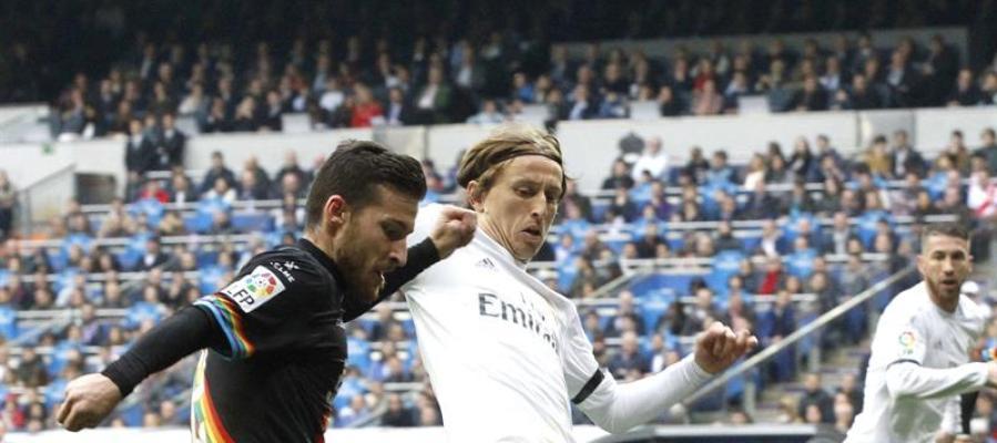 """El centrocampista croata del Real Madrid Luka Modric (d) pelea un balón con el defensa del Rayo Vallecano Roberto Román """"Tito"""""""