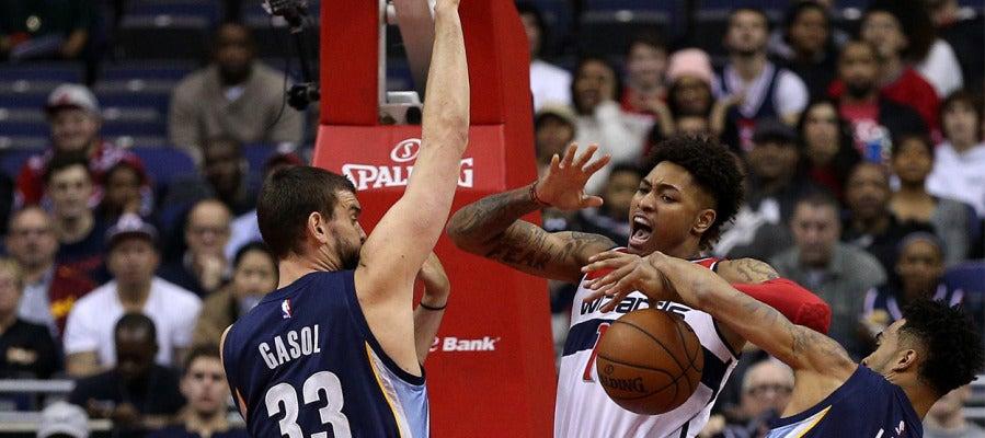 Marc Gasol disputa un balón con un jugador de Wizards