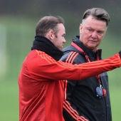 Rooney conversa con Van Gaal