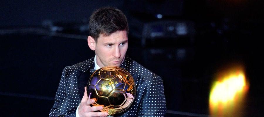Leo Messi posa con el Balón de Oro