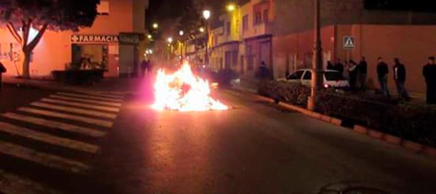 Fuegos incontrolados en el municipio de Roquetas de Mar, en Almería, provocados tras la muerte de un varón de 41 años, originario de Guinea Bissau, apuñalado durante una discusión de tráfico.