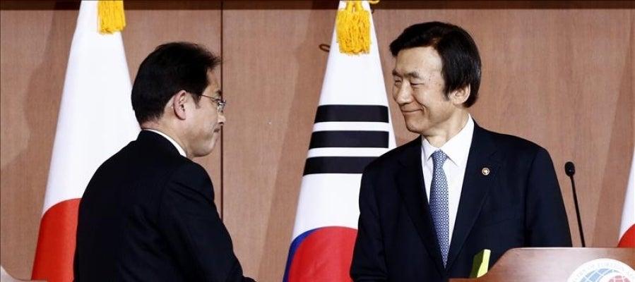 El ministro nipón de Exteriores, Fumio Kishida (izda), y su homólogo surcoreano, Yun Byung-Se (dcha)