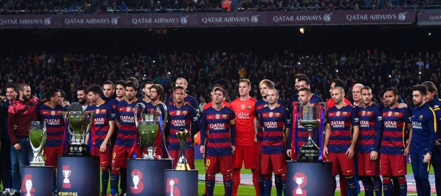 Los jugadores del Barcelona ofrecen los cinco títulos conseguidos a la afición