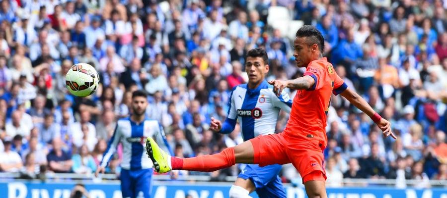 Neymar dispara a puerta en un partido contra el Espanyol