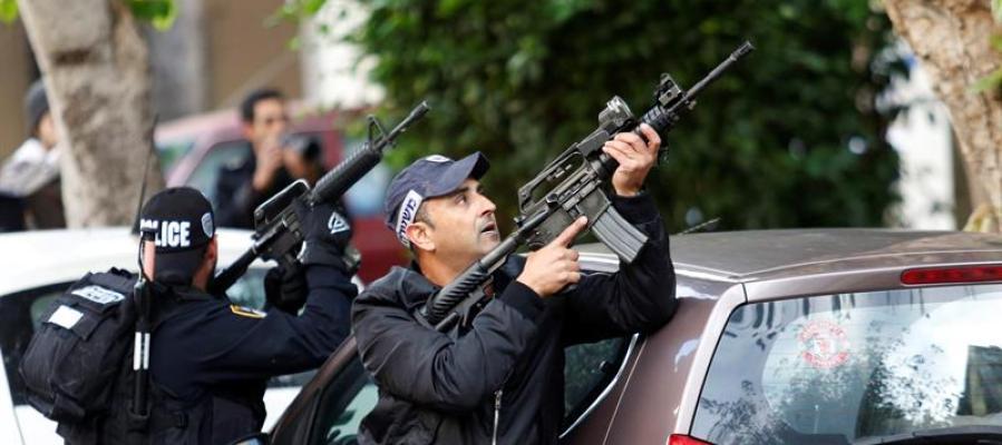 Agentes de policía israelíes permanecen en guardia en el lugar donde se ha producido un tiroteo en Tel Aviv