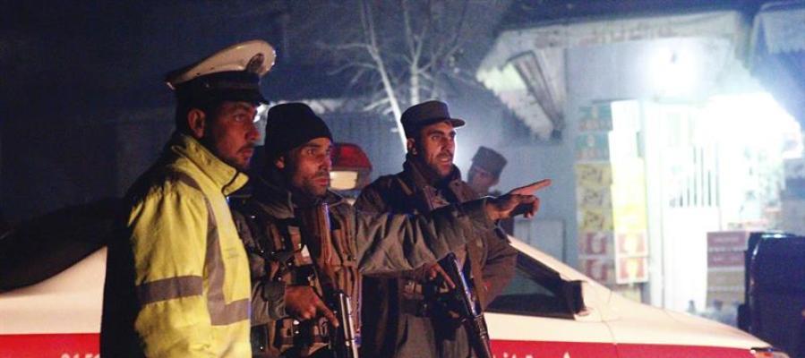 Miembros del servicio de seguridad en el lugar del ataque en Kabul