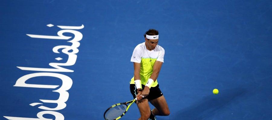 Rafa Nadal devuelve una pelota durante el partido contra Ferrer