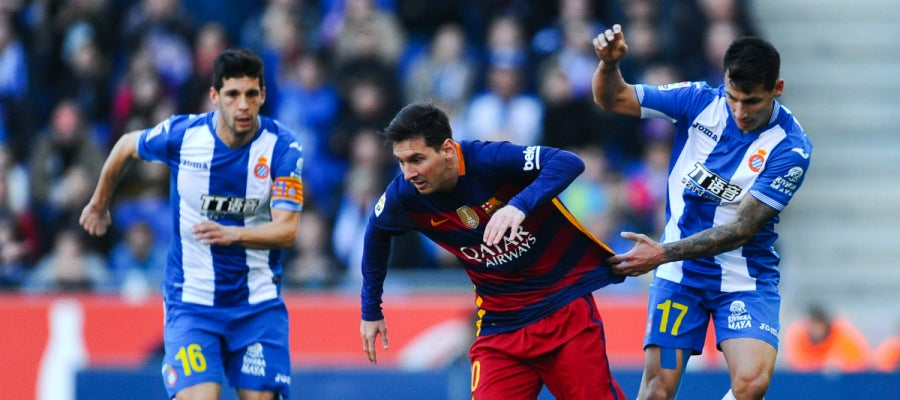 Leo Messi intenta progresar entre la defensa del Espanyol