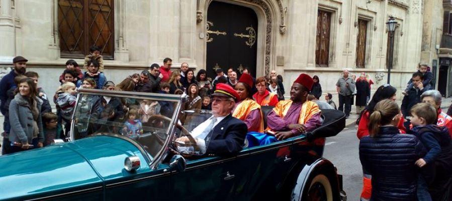 Los pajes de los Reyes Magos llegan a la plaza Cort de Palma entre un millar de niños esperando entregar sus cartas.