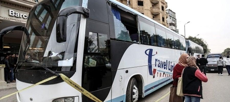 Imagen del autobús contra el que han disparado un grupo de desconocidos en El Cairo