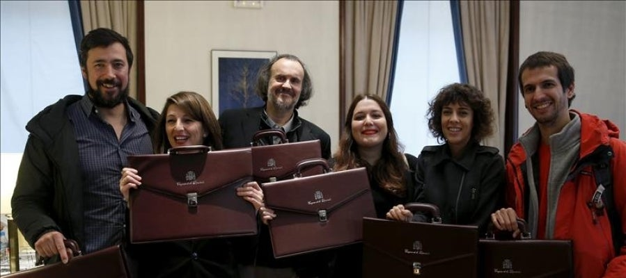 Los parlamentarios electos de En Marea posan con sus maletines oficiales, tras formalizar sus actas como diputados