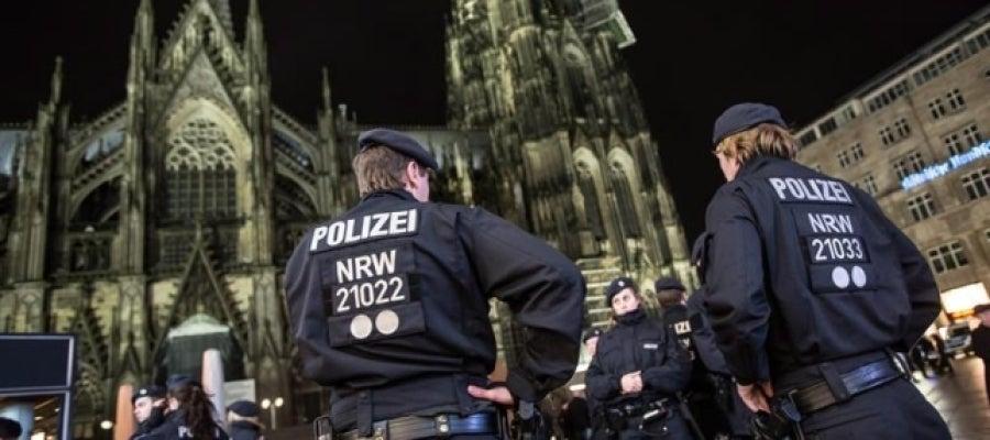 Policías de Colonia vigilan alrededor de la Catedral de Colonia
