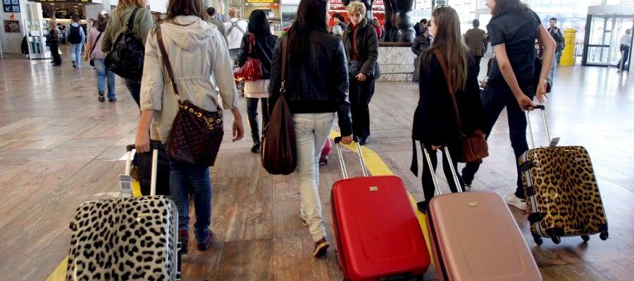Un grupo de jóvenes en el aeropuerto del Prat