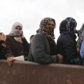 Un grupo de refugiadas sirias esperan ayuda en un campo