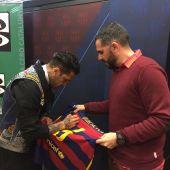 Dani Alves firma la camiseta del Barcelona a Héctor Fernández