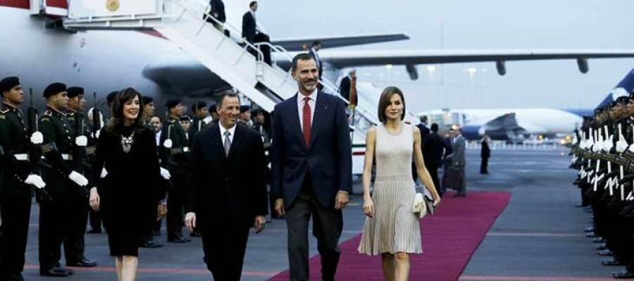 El rey Felipe de España y la reina Letizia llegan al Aeropuerto Internacional Benito Juárez, en Ciudad de México