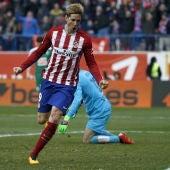 Fernando Torres celebra su gol número 100 con el Atlético de Madrid