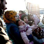 Familias de refugiados en la frontera de Siria con Turquía