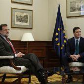 El presidente del Gobierno en funciones, Mariano Rajoy, con el líder del PSOE, Pedro Sánchez