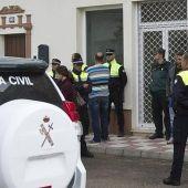 Agentes de la Guardia Civil custodiaban la casa en que aparecieron los cadáveres del hombre y su hija, en Almonte
