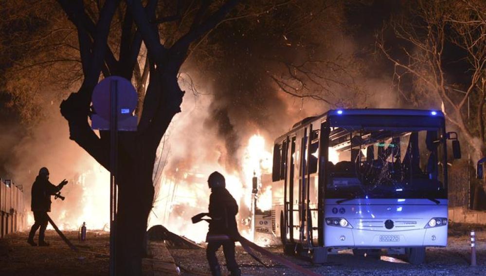 Momento de la explosión del coche bomba en Ankara