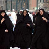 Mujeres musulmanas caminan frente a la mezquita de Nabawi en Medina, Arabia Saudí