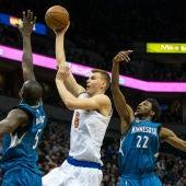 Kristaps Porzingis entra a canasta ante la defensa de los Minnesota Timberwolves