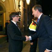 Carles Puigdemont, saluda al rey Felipe VI a su llegada a la cena de bienvenida al Mobile World Congress (MWC)