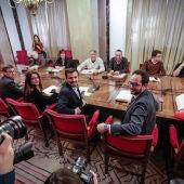Los equipos negociadores de PSOE, Podemos, IU y Compromís durante la reunión 'a cuatro' en el Congreso