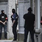 Policías belgas momentos después del tiroteo en Bruselas