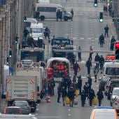 Servicios de emergencia trabajando cerca de la estación de Maalbeek donde han muerto 20 personas