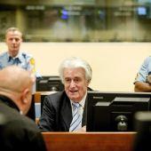 El exlíder serbobosnio Radovan Karadzic se sienta en el Tribunal Penal para la Antigua Yugoslavia en La Haya