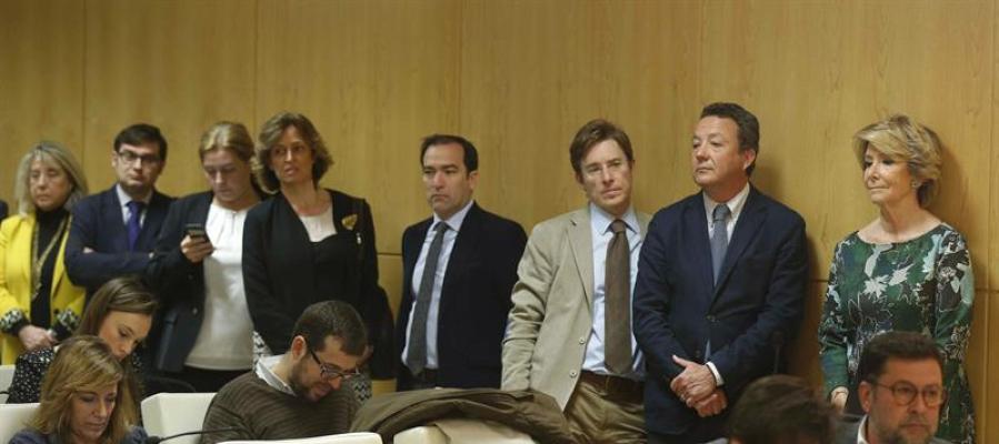 Los concejales del PP de Madrid irrumpen en la rueda de prensa.