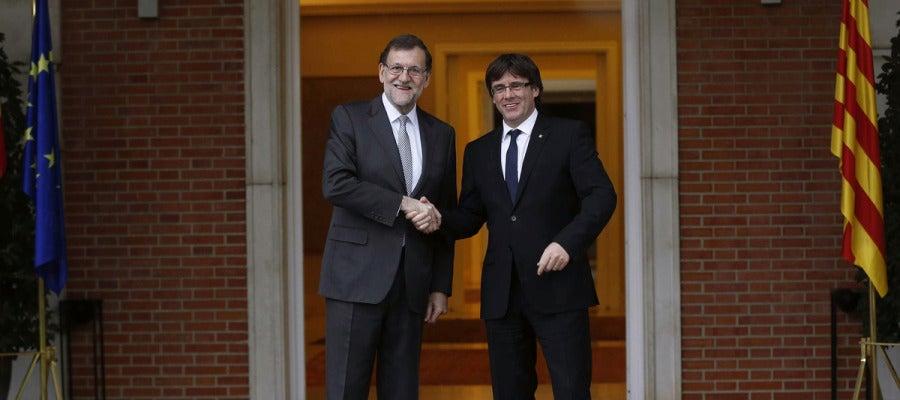 El presidente del Gobierno en funciones, Mariano Rajoy, y el de la Generalitat, Carles Puigdemont