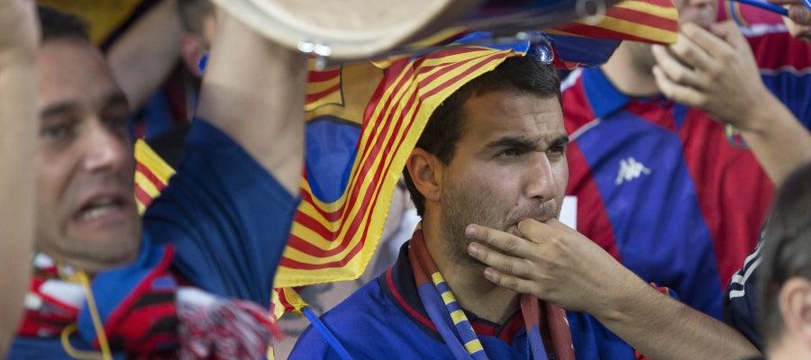 Un aficionado silba mientras suena el himno español en la pasada final de Copa del Rey