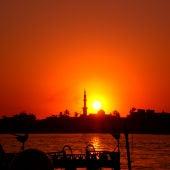 El sol se pone tras la ciudad de Luxor, en Egipto