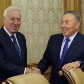 El ministro de Asuntos Exteriores en funciones, José Manuel García-Margallo (i), saluda al presidente kazajo, Nursultan Nazarbayev