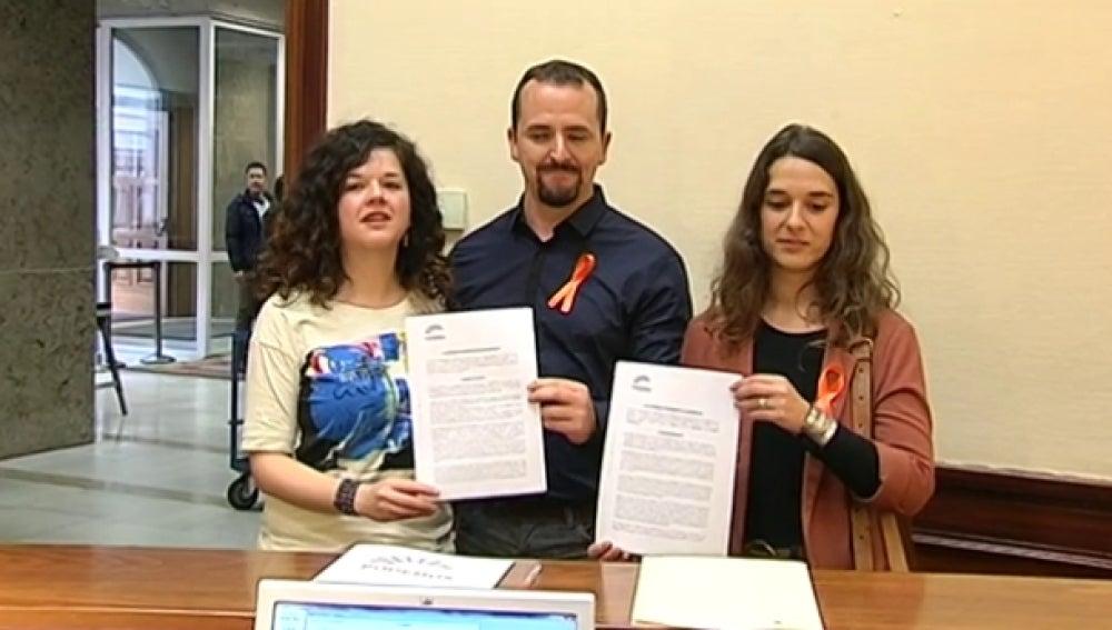Diputados de Podemos presentando el documento en el Congreso