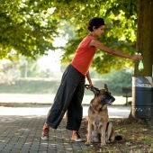 Mujer recogiendo las cacas de su perro
