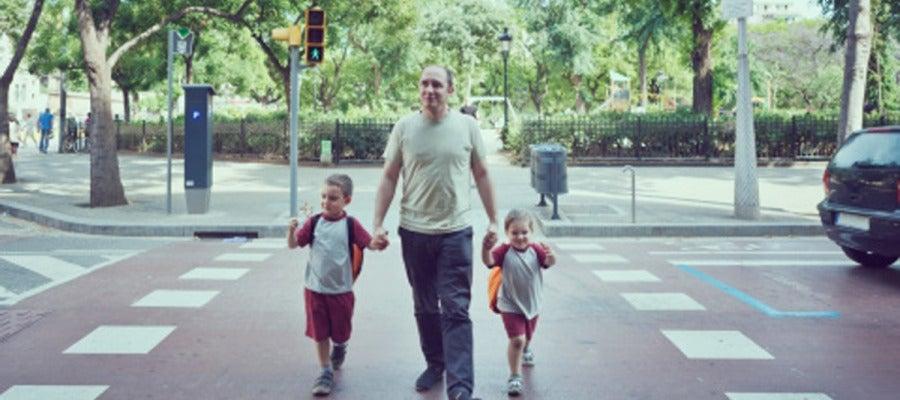 Un padre pasea con sus dos hijos
