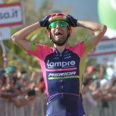 Ulissi celebra la victoria de etapa en el Giro de Italia