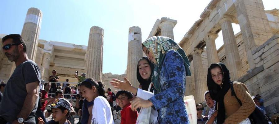 Niños refugiados visitan la antigua Acrópolis de Atenas